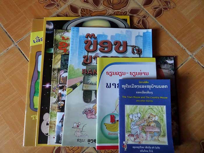 Meisje in het dorp Phandeang met het 1ste Engelse boek